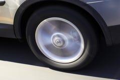 Neumático de coche en el movimiento Foto de archivo