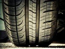 Neumático de coche en la tierra Fotos de archivo