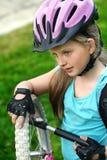 Neumático de la bicicleta que bombea por el ciclista del niño Niño con la bomba de mano Imágenes de archivo libres de regalías