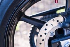 Neumático de la moto con el sistema de frenos Foto de archivo libre de regalías