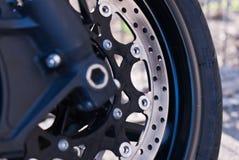 Neumático de la moto con el sistema de frenos Imagen de archivo libre de regalías