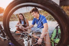 Neumático de la reparación del muchacho del adolescente en la bicicleta Foto de archivo libre de regalías