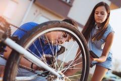 Neumático de la reparación del muchacho del adolescente en la bicicleta Imagen de archivo libre de regalías