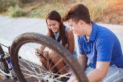 Neumático de la reparación del muchacho del adolescente en la bicicleta Fotos de archivo