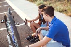 Neumático de la reparación del muchacho del adolescente en la bicicleta Imágenes de archivo libres de regalías