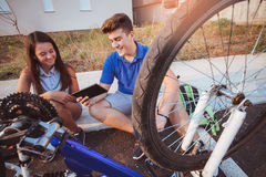Neumático de la reparación del muchacho del adolescente en la bicicleta Fotografía de archivo libre de regalías