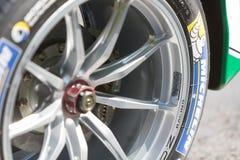 Neumático de Michelin en la rueda de coche de carreras imagenes de archivo