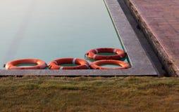 Neumático de Safty en la piscina fotos de archivo
