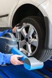Neumático del coche del fragmento durante la prueba de diagnóstico. Fotos de archivo libres de regalías