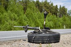 Neumático del coche después del accidente en un camino después de una colisión frontal foto de archivo libre de regalías