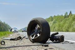 Neumático del coche después del accidente en un camino después de una colisión frontal fotos de archivo libres de regalías