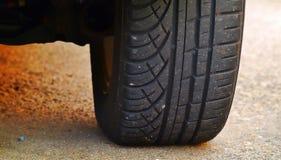 Neumático del coche en la grava Fotos de archivo