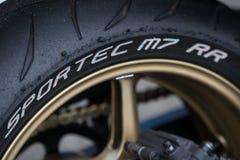 Neumático del deporte de la motocicleta después de la raza imagen de archivo