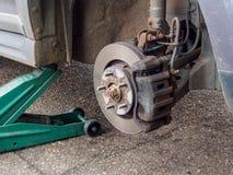 Neumático del detalle del eje de rueda de coche quitado Fotos de archivo