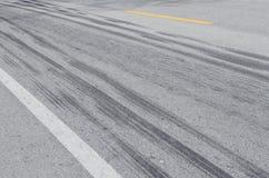 Neumático del rastro en el camino Fotografía de archivo libre de regalías