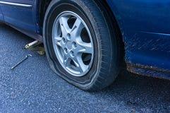Neumático desinflado en el camino foto de archivo libre de regalías