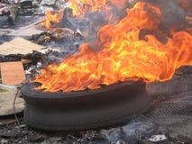 Neumático en fuego Fotos de archivo libres de regalías