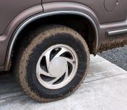 Neumático fangoso de SUV en el coche Fotografía de archivo libre de regalías