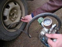 Neumático lleno de la bomba. Fotos de archivo libres de regalías
