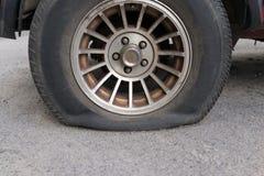 Neumático pinchado imagen de archivo libre de regalías
