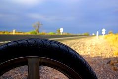 Neumático plano del desierto foto de archivo libre de regalías