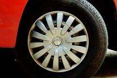 Neumático rojo del coche imagen de archivo