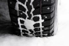 Neumático tachonado invierno en la nieve imagen de archivo libre de regalías