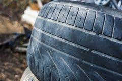 Neumático viejo con la pisada gastada Fotos de archivo libres de regalías