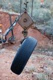 Neumático viejo en el gancho de leva de la grúa Fotos de archivo libres de regalías