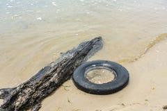 Neumático viejo en la playa foto de archivo