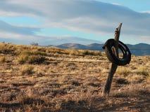 Neumático viejo en un Fencepost Imagen de archivo