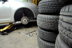 Neumático y coche Foto de archivo libre de regalías