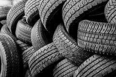 Neumáticos autos usados apilados en pilas Imágenes de archivo libres de regalías
