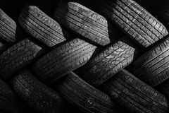 Neumáticos autos usados apilados en pilas Fotos de archivo