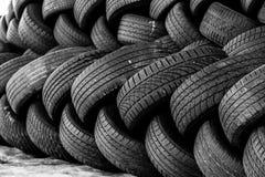 Neumáticos autos usados apilados en pilas Foto de archivo libre de regalías