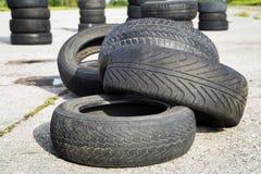 Neumáticos borrados viejos foto de archivo libre de regalías
