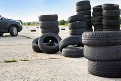 Neumáticos borrados viejos fotos de archivo