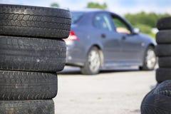 Neumáticos borrados viejos apilados fotos de archivo