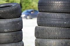 Neumáticos borrados viejos apilados fotografía de archivo