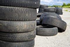 Neumáticos borrados viejos apilados imagenes de archivo