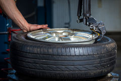 Neumáticos cambiantes Imagen de archivo libre de regalías