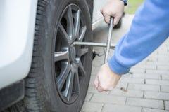 Neumáticos cambiantes de un coche Fotografía de archivo