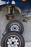 Neumáticos cambiantes para la estación de verano Fotos de archivo libres de regalías