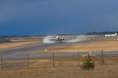 Neumáticos de Airbus que fuman el aeropuerto de Vantaa del despegue Foto de archivo