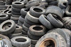 Neumáticos de automóvil viejos Fotos de archivo libres de regalías