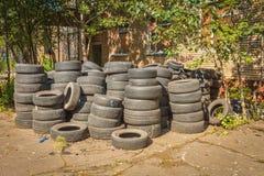 Neumáticos de coche abandonados imágenes de archivo libres de regalías