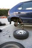 Neumáticos de coche cambiantes en el estacionamiento Imagenes de archivo