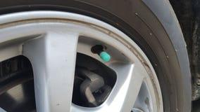 Neumáticos de coche con las ruedas Una porción del coche que necesita ser comprobado regularmente imágenes de archivo libres de regalías