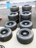 Neumáticos de coche de carreras en Indy Pit Row Fotografía de archivo