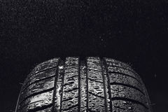 Neumáticos de coche económicos en combustible del verano con las gotitas de agua fotografía de archivo libre de regalías